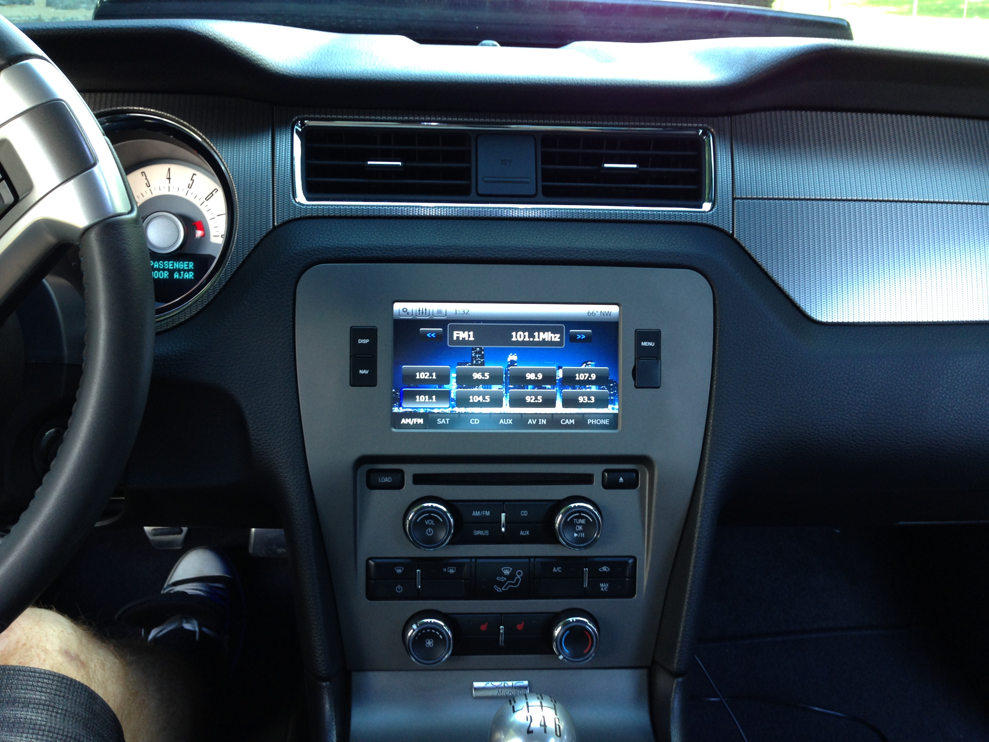 Features highlights 2011 mustang gt with raxiom navigation
